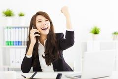 成功的女实业家谈话在电话在办公室 库存照片