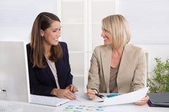 成功的女实业家队在办公室 免版税图库摄影