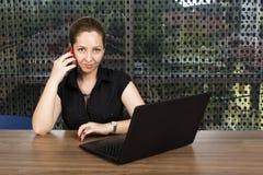 成功的女实业家说在她的MOBIL电话里 免版税库存图片