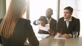 成功的女性申请人在工作面试,握手以后聘用了,签署纸 股票视频