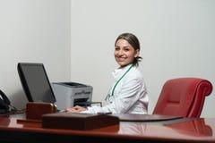 成功的女性医生Working At Computer 免版税库存照片