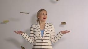 成功的妇女的慢动作站立在结束白色背景的mone下, 股票录像