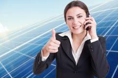 成功的妇女画象谈话在电话 免版税库存图片