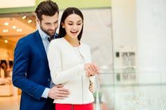 成功的愉快的时髦的可爱的夫妇一起在购物 您 免版税图库摄影