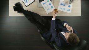 成功的投资者观察项目报告,谈话在电话,饮用的科涅克白兰地 股票视频
