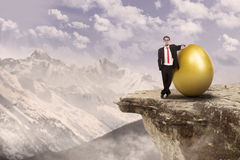 成功的生意人和金鸡蛋 免版税图库摄影