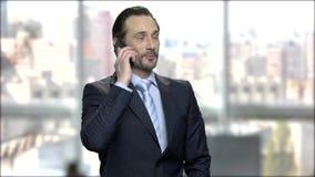 成功的生意人联系在移动电话 股票视频