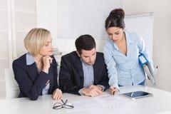 成功的男性和女性事务在办公室合作 免版税库存图片