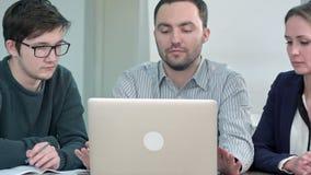 年轻成功的男性和女性伙伴招呼,形成合作工作的一个小组在项目,握手 影视素材