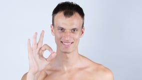成功的确信的年轻人Okay手标志满意 免版税库存图片