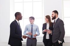 成功的经理不同种族的合作会议在办公室,有拷贝空间的商人 3d背景镜象人寿保险业白色 库存图片