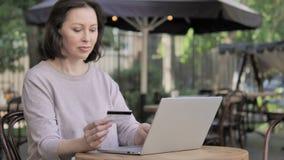 成功的网络购物通过老妇人坐室外 股票录像