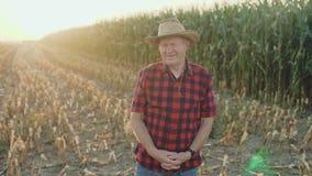 成功的资深农夫smilimg的画象在照相机4K的 股票录像