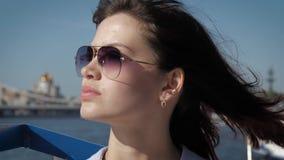 成功的迷人的夫人画象太阳镜的有在风的挥动的头发的 股票视频