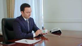 成功的年轻商人在办公室计数欧洲票据讲话与同事 影视素材