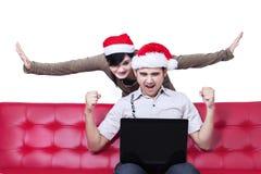 成功的年轻圣诞节夫妇 免版税库存图片