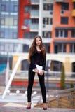 成功的年轻女商人画象  户外 免版税图库摄影