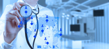 成功聪明的医生与手术室一起使用 免版税库存照片