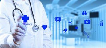 成功聪明的医生与operatin一起使用 免版税库存照片