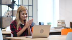 成功,研究膝上型计算机的黑人女孩的兴奋 股票视频