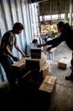 成员和志愿者从BookCycle英国装载容器 免版税图库摄影