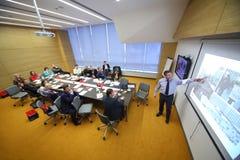 成员在桌上看企业早餐的委员会 库存照片