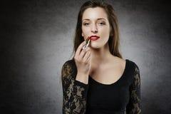 组成她的嘴唇的美丽的妇女 免版税库存图片