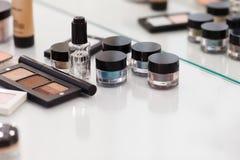 组成工具在白色桌 眼影膏,脸红, concealer, p 免版税库存图片