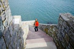 成年女性在罗德岛峭壁步行的四十步走下来在一个春日 免版税库存图片
