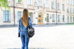 成年生活方式单独人概念 在看法相当聪明的聪明的美丽的学生looki照片画象的关闭后抚养  免版税图库摄影