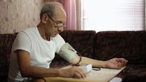 成年男性,血压测量 在成年的医疗保健 股票录像