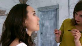 组成应用有刷子的艺术家唇膏在华美的妇女嘴唇 股票视频