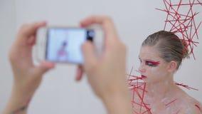 组成拍她的有创造性的异常的构成的客户的照片艺术家 影视素材