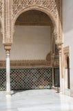 成拱形与复杂石雕刻,阿尔罕布拉宫宫殿 免版税图库摄影