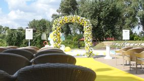 成拱形与婚礼的新鲜的黄色和白花 股票视频