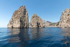 成拱形叫的capri di faraglione faraglioni海岛意大利被留下的爱中间自然一权利岩石scopolo 库存照片