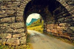 成拱形在山路的一座石桥梁 库存照片