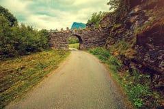 成拱形在山路的一座石桥梁 免版税库存照片