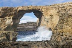 成拱形在峭壁在戈佐岛的,马耳他Dweja 免版税库存照片