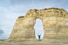 成拱形在纪念碑岩石在西部堪萨斯大草原 免版税库存照片