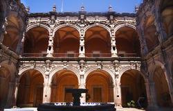 成拱形庭院喷泉桔子雕塑 库存照片