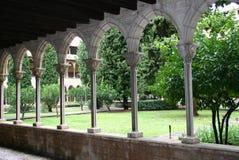 成拱形庭院 库存图片