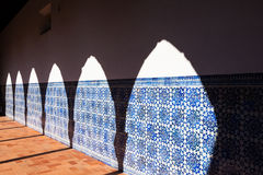 成拱形影子在Azulejo墙壁 免版税库存图片