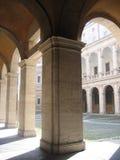 成拱形教会庭院 免版税库存照片
