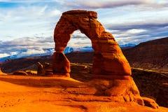 成拱形曲拱背景精美傍晚山国家公园雪犹他 库存照片
