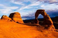 成拱形曲拱背景精美傍晚山国家公园雪犹他 库存图片