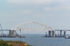 成拱形横跨刻赤海峡的间距克里米亚半岛桥梁 日森林春天郊区结构 免版税库存照片