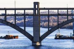 成拱形横跨河的桥梁,船,小船 库存图片