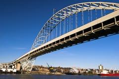 成拱形河上的桥Willamette波特兰俄勒冈 免版税库存照片