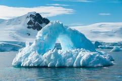 成拱形的冰山南极洲 库存图片